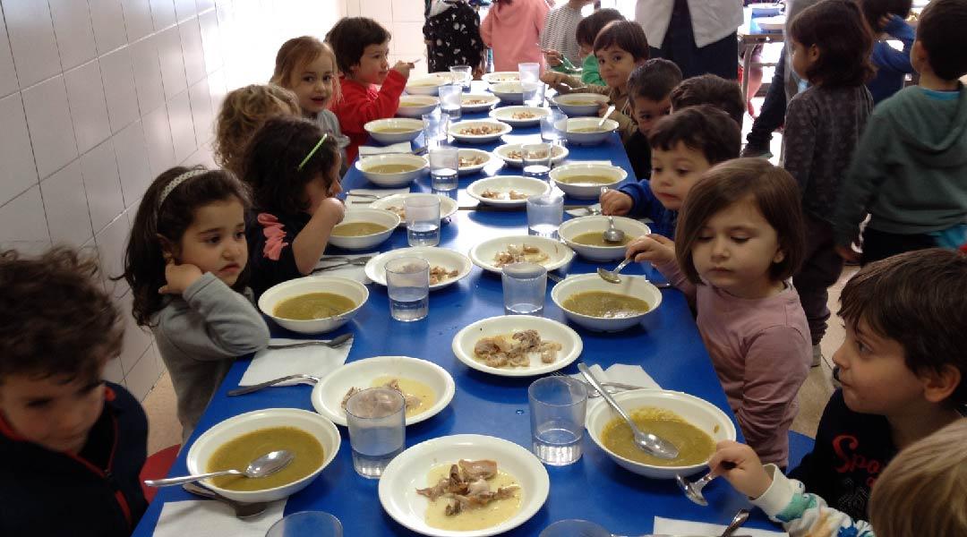 Disfrutamos comiendo el puré de verduras.