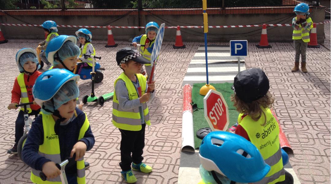 La policía recuerda las normas de seguridad vial.