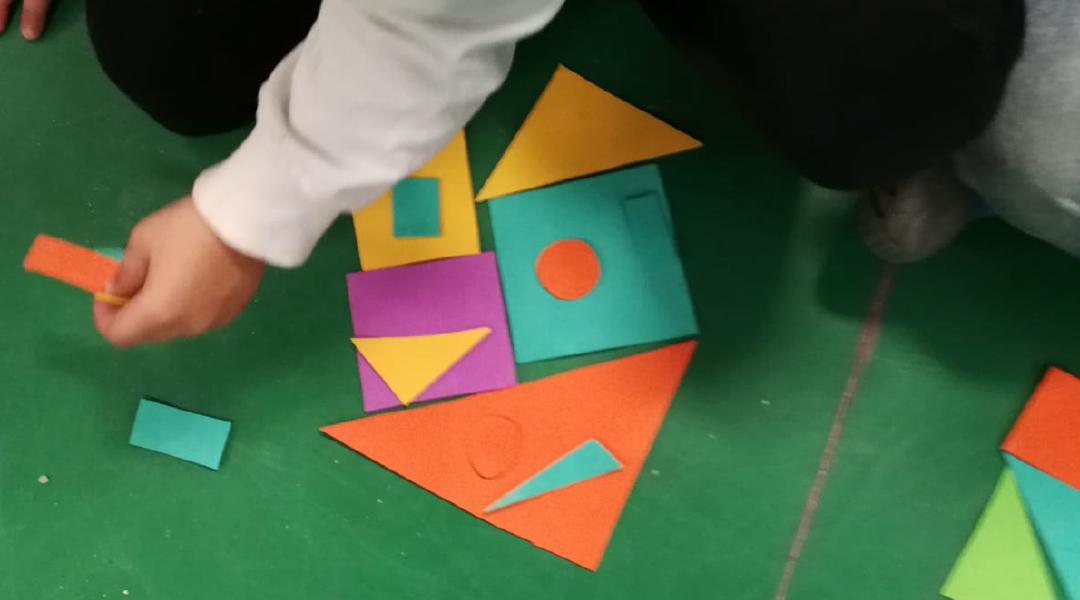 Recognizing shapes in our environment.     What are some basic shapes?  Where are these shapes found?    Componiendo y reconociendo figuras, viendo las figuras básicas,su número de lados y reconociéndolas a nuestro alrededor.