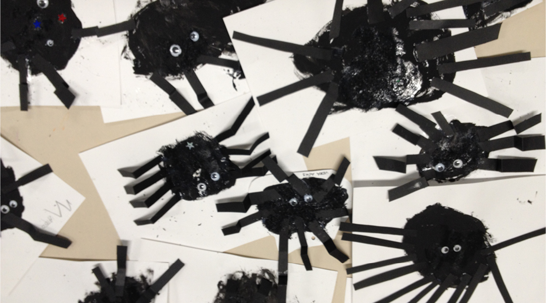 Creating an original works of art using the shapes to decorate the school in Halloween Day.     Para finalizar  hemos hecho de manera individualizada y  utilizando el ovalo, una araña para la fiesta de Halloween.