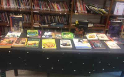¡Volvemos con el préstamo y las mesas temáticas en la biblioteca!
